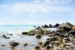 在热带岩石的天堂般的斑点 免版税库存照片