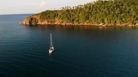 在热带岸附近的小船 现代白色豪华游艇航行令人惊讶的寄生虫视图在风平浪静水的在海岸附近  股票录像