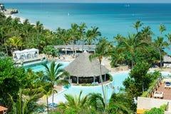 在热带庭院水池和平静的美丽的绿松石海洋上的惊人的看法 免版税库存图片