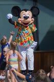 在热带成套装备的Mickey跳舞 库存图片