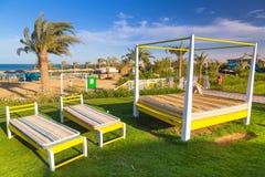 在热带手段海滩的Sunbeds在Hurghada 库存图片