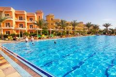 在热带手段的游泳池在Hurghada,埃及 免版税图库摄影