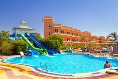 在热带手段的游泳池在Hurghada,埃及 库存照片