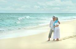 在热带手段的年长夫妇休息 库存照片