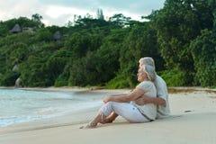 在热带手段的年长夫妇休息 免版税图库摄影