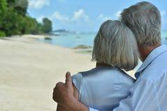 在热带手段的年长夫妇休息 图库摄影