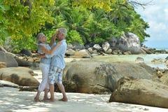在热带手段的年长夫妇跳舞 库存照片