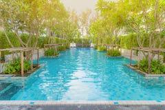 在热带手段,普吉岛,泰国的美丽的游泳池 图库摄影