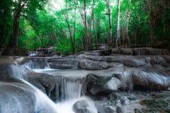 在热带森林北碧,泰国里发出刺耳声与爱侣湾瀑布的风景 免版税图库摄影
