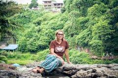 在热带植物中的可爱的资深妇女 假期 热带 巴厘岛 库存图片