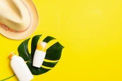 在热带植物夏天帽子明亮的黄色背景大板料的遮光剂  夏天休假概念和海滩 免版税库存图片
