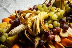 在热带水果的分类的顶视图在大板材的 免版税库存图片