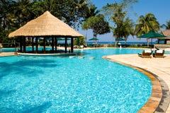 在热带池的游泳附近的海滩 库存图片