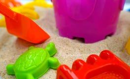 在热带沙子海滩的孩子玩具 库存图片