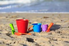 在热带沙子海滩的孩子玩具 库存照片