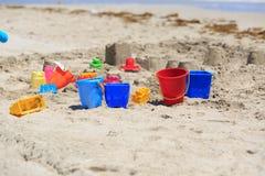 在热带沙子海滩的孩子玩具 免版税库存照片