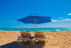 在热带沙滩的阳伞和海滩床,热带目的地 坎昆墨西哥 墨西哥 免版税图库摄影