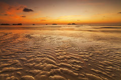 在热带海岛上的五颜六色的日落 酸值张 免版税图库摄影