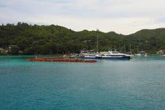 在热带海岛上的口岸 praslin塞舌尔群岛 免版税库存图片