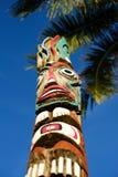 在热带海岛上的图腾柱子 免版税库存照片