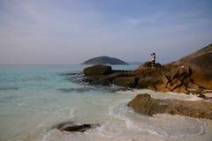 在热带海岛上的天堂海滩有透明的海的, Si 免版税库存图片