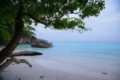 在热带海岛上的天堂海滩有透明的海的, Si 库存图片