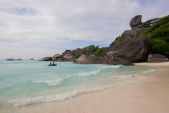 在热带海岛上的天堂海滩有透明的海的, Si 库存照片