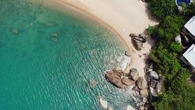 在热带海岛上的小屋 位于酸值苏梅岛海岛岸的微小的舒适平房在风平浪静附近在好日子  股票录像