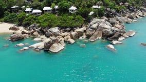 在热带海岛上的小屋 位于酸值苏梅岛海岛岸的微小的舒适平房在风平浪静附近在好日子  股票视频