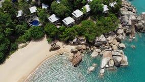 在热带海岛上的小屋 位于酸值苏梅岛海岛岸的微小的舒适平房在风平浪静附近在好日子  影视素材