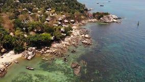在热带海岛上的小屋 位于酸值陶海岛岸的微小的舒适平房在风平浪静附近在好日子  股票视频