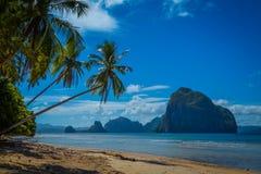 在热带海岛上的惊人的海滩 免版税图库摄影