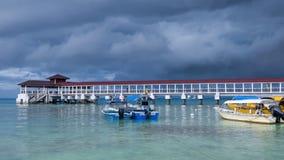 在热带海岛上的接踵而来的风暴 免版税库存照片