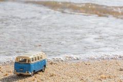 在热带海岛上的暑假背景的vintage car van带着手提箱,美好的自然的bus大众与 免版税库存照片