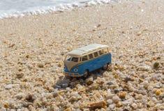 在热带海岛上的暑假背景的vintage car van带着手提箱,美好的自然的bus大众与 库存图片