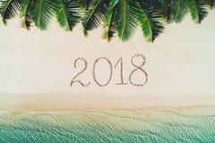在热带海岛上的暑假 2018在海滩沙子写 好朋友 免版税图库摄影