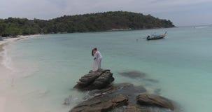 在热带海岛上的有吸引力的年轻夫妇 股票录像