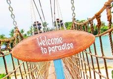 在热带海岛上的木牌 图库摄影