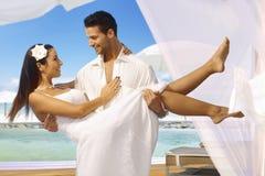 在热带海岛上的梦想婚礼 库存照片