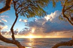 在热带海岛上的浪漫海滩日出有太阳和云彩的 免版税库存图片