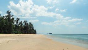 在热带海岛上的白色沙子海滩 免版税库存图片