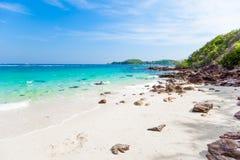 在热带海岛上的离开的海滩 图库摄影