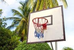 在热带海岛上的篮球设备 空的篮子 户外运动比赛 免版税库存图片