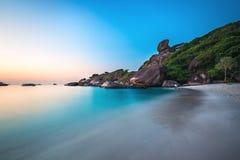 在热带海岛上的美丽的海滩用清楚的绿松石水 图库摄影