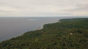 在热带海岛上的鸟瞰图美好的海岸线 Camiguin海岛菲律宾 股票视频