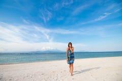 在热带海岛上的年轻人相当热的性感的妇女在获得的海和的蓝天附近的夏天给空气亲吻和乐趣 库存照片