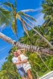 在热带海岛上的年轻夫妇,室外婚礼 免版税图库摄影