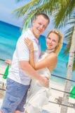 在热带海岛上的年轻夫妇,室外婚礼 免版税库存图片