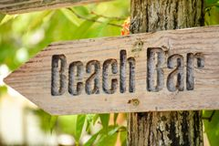 在热带海岛使酒吧标志靠岸在马尔代夫 免版税图库摄影