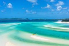 在热带海岛海滩的明亮的黄色小船 免版税图库摄影
